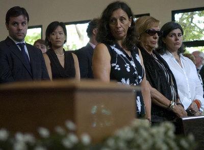 María José Poveda  (en el centro), hermana de Christian Poveda, periodista franco español asesinado en El Salvador, durante el funeral hoy en San Salvador.