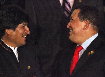 El presidente de Bolivia, Evo Morales (izquierda), y el líder venezolano, Hugo Chávez, ayer en Cochabamba.