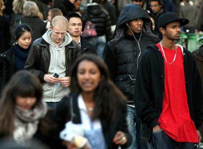 Transeúntes caminan hoy por las calles de París