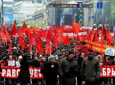 Simpatizantes comunistas marchan pòr las calles de Moscú en conmemoración del 92º aniversario de la revolución rusa.