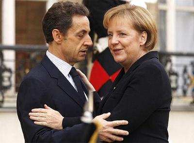 El presidente francés, Nicolas Sarkozy, recibe en el Palacio del Elíseo a la canciller alemana, Angela Merkel