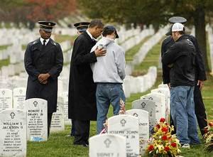 El presidente de EE UU, Barack Obama, saluda a algunos de los familiares de los soldados caídos enterrados en el cementerio de Arlington
