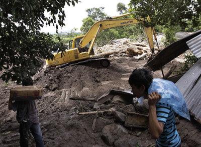 Un tractor remueve las rocas en Varapaz, a 71 kilómetros al este de San Salvador, tras el impacto de Ida.