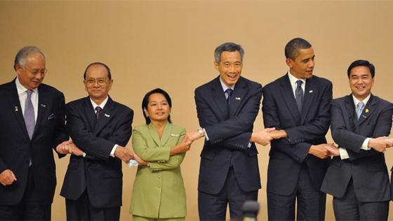 Obama, junto a los líderes de Malasia, Birmania, Filipinas, Singapur y Tailandia, posan durante la foto de familia de la cumbre APEC.