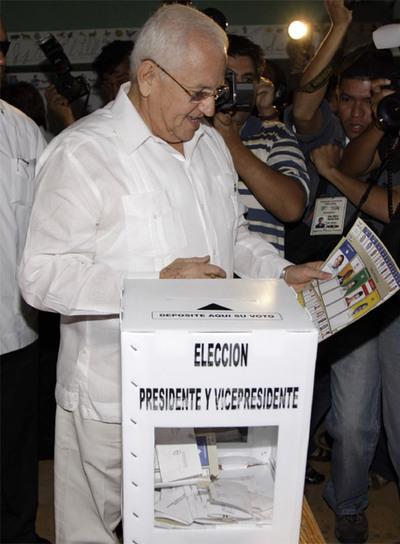 El presidente de facto Roberto Micheletti, depositando su voto en El Progreso, Honduras