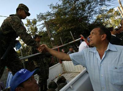 Porfirio Lobo gana las elecciones de Honduras