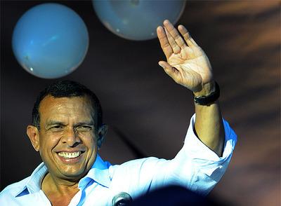 El líder del Partido Nacional, Porfirio Lobo, saluda tras ganar las elecciones.