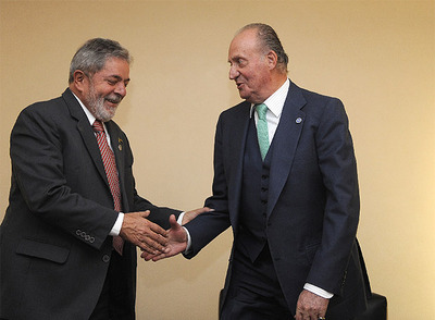 El presidente de Brasil, Luiz Ignacio Lula da Silva, estrecha la mano al Rey Juan Carlos I.