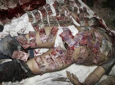 Foto del capo de la droga mexicano, Arturo Beltrán Leyva, cubierto de billetes, como advertencia contra los narcotraficantes
