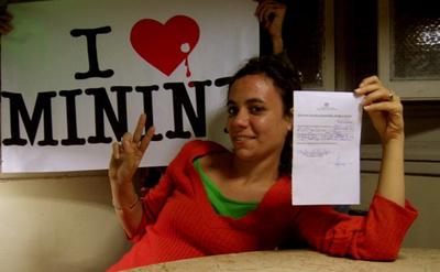 Claudia Cadelo, autora del blog Octavo Cerco, exhibe su citación del Ministerio del Interior cubano (MINT).