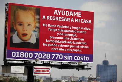 Uno de los carteles que anunciaban la desaparición de la niña Paulette antes de hallarse su cadáver.