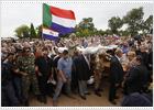 Miles de seguidores del líder supremacista Terreblanche le despiden con el saludo nazi