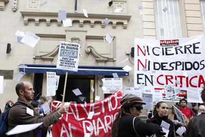 Aspecto de la protesta de los trabajadores del diario Crítica frente al Consulado español en Buenos Aires.