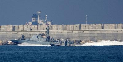 Una nave militar israelí se adentra hoy en el puerto militar de Ashdod, al sur del país.