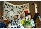 Los activistas españoles de la Flota de la Libertad aterrizan en el Prat