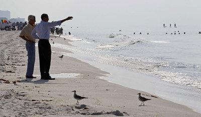 Barack Obama y el gobernador de Florida visitan una playa afectada por el vertido.