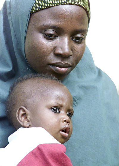 Amina Lawal, la mujer nigeriana que se salvó de morir lapidada por adulterio y su hija Wasila, fotografiadas en Abuja.