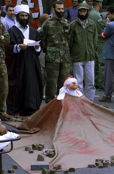 Exiliados iraníes hacen una lapidación simbólica en las calles de Colonia (Alemania) en 1999.