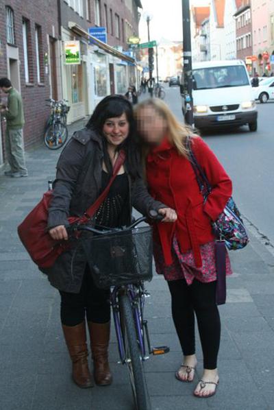 Clara Zapater, a la izquierda, acompañada de una amiga.