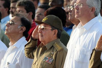 El presidente Raúl Castro saluda militarmente en la ceremonia celebrada ayer en Santa Clara.