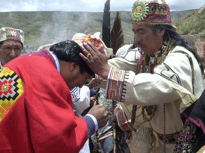 El líder espiritual aimara Valentín Mejillones (d) junto al presidente boliviano, Evo Morales (i), durante la ceremonia de investidura del Mando Originario en las ruinas de Tiahuanaco del 21 de enero de 2006
