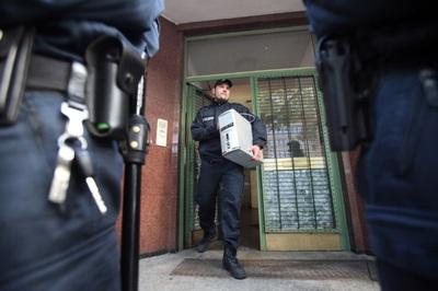Un agente policial requisa un ordenador de la mezquita Taiba.