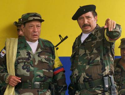 Jorge Briceño (d) junto a Manuel Marulanda, en una fotografía tomada el 29 de abril de 2000.