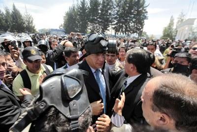 El presidente Rafael Correa, afectado por los gases lacrimógenos lanzados por los policías amotinados