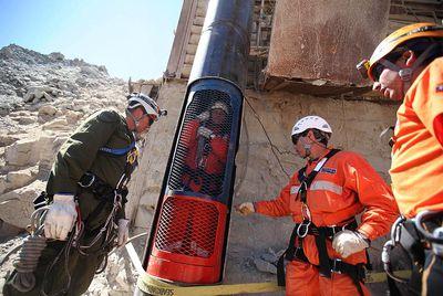 Varios rescatistas participan en un ensayo del operativo de salida de los 33 mineros chilenos que permanecen a 700 metros bajo tierra.