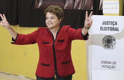 La candidata Dilma Rousseff saluda asus partidarios tras votar en Porto Alegre