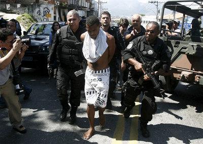 Un sospechoso detenido dentro de la operación de las fuerzas brasileñas en el Complexo Alemão, en Río de Janeiro.