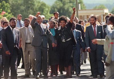 Nelson Mandela junto a su entonces esposa Winnie durante la visita a Paarl, Sudáfrica, el 11 de febrero de 1990.