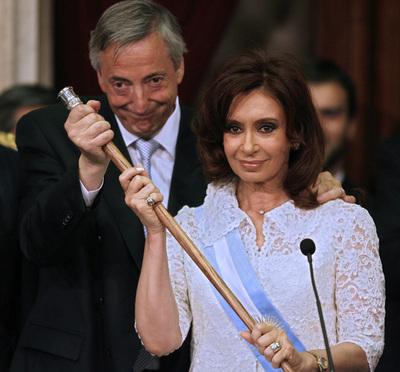 La presidenta Cristina Fernández de Kirchner posa con su marido Néstor Kirchner, a las puertas del Congreso en Buenos Aires, poco después de ser investida como presidenta.