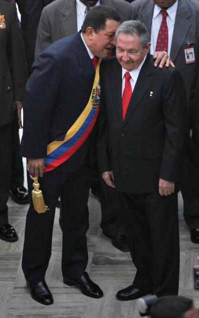 El presidente venezolano, Hugo Chávez, charla el pasado 19 de abril con el presidente cubano, Raúl Castro, a su llegada a la Asamblea Nacional en Caracas con motivo del 200 aniversario de la independencia de Venezuela.