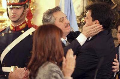 Alberto Fernández  palmea la cara de su sucesor, Sergio Massa, como jefe de gabinete de Cristina Fernández.