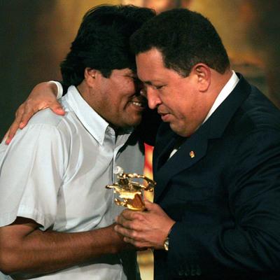 El presidente de bolivia, Evo Morales, recibe en Caracas una réplica de una espada perteneciente a Simón Bolivar, el 3 de enero de 2006.