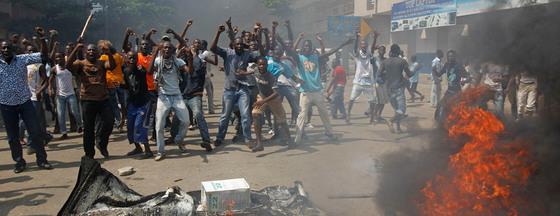 Seguidores del líder opositor Alassane Ouattara, durante una de las protestas en Abidjan, Costa de Márfil.