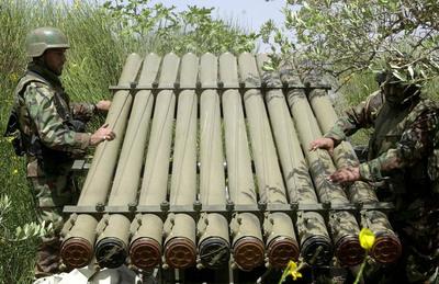 Dos guerrilleros Hezbolá preparan cohetes Katyusha en su base cerca de las tierras de Chebaa, en la frontera libanesa-israelí, en el sur de Líbano.