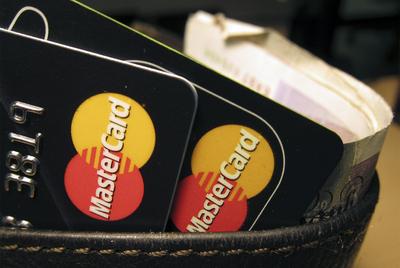 La web de la compañía estadounidense de tarjetas de crédito ha quedado bloqueada por un ataque lanzado por piratas informáticos en represalia por el cierre de los pagos a Wikileaks.