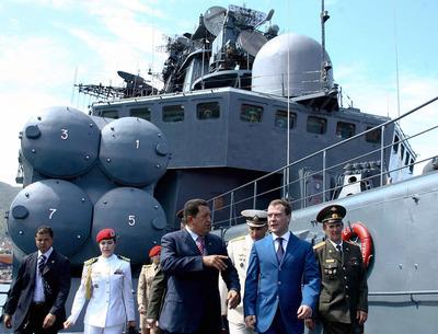 El presidente venezolano, Hugo Chávez, y su homólogo ruso, Dmitri Medvédev, durante una visita a un destructor antisubmarino, el 27 de noviembre de 2008.