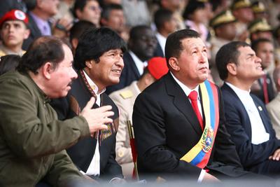 El presidente venezolano, Hugo Chávez , permanece junto a sus homólogos de Ecuador, Rafael Correa , de Nicaragua, Daniel Ortega, y de Bolivia, Evo Morales, el 24 de junio de 2009, durante el desfile militar para conmemorar el 188 Aniversario de la Batalla de Carabobo en esta ciudad venezolana, en el marco de la VI Cumbre Extraordinaria de la Alternativa Bolivariana para las Américas (ALBA).