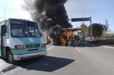 Los enfrentamientos desatados tras el operativo policial en busca uno de los capos fundadores del cártel han causado bloqueos en todos los accesos a Morelia.