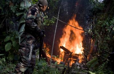 Un agente de la Policía Antidrogas peruana destruye un centro de producción de pasta base el pasado agosto en el Valle de los Ríos.