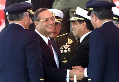 Vladimiro Montesinos (con gafas) durante una ceremonia militar en Lima en 2000.