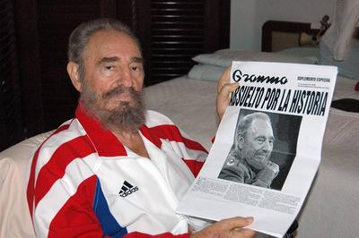 Fidel Castro posa con un ejemplar del diario  Granma,  tras ser operado del estómago en Cuba en 2006.