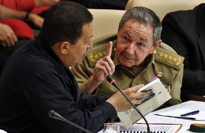 El presidente de Venezuela, Hugo Chávez, charla con su homólogo cubano, Raúl Castro, durante la ceremonia del 10 aniversario de la Alternativa Bolivariana para las Americas (ALBA) celebrada en La Habana el pasado mes de noviembre.
