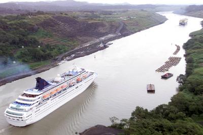 Un transatlántico es remolcado por el tramo Galliard ('Galliard Cut') del canal de Panamá, días antes de que Estados Unidos devolviese su control pleno a Panamá.
