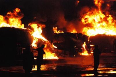 Al margen de la retórica oficial, los cables secretos muestran la convicción de Washington de que Islamabad ofrece apoyo encubierto a grupos terroristas. Enla foto, un camión cisterna arde tras un ataque en Pakistán