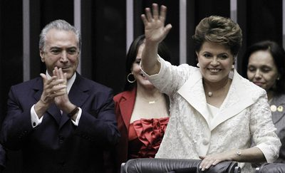 Dilma Rousseff saluda a las bancadas del Congreso brasileño, donde hoy ha tomado posesión del cargo, en presencia del futuro vicepresidente de su Gobierno, Michel Temer.