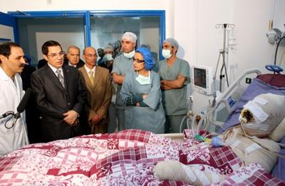 Una fotografía difundida por el Gobierno tunecino que muestra al presidente Ben Ali visitando a Mohamed Bouazizi.